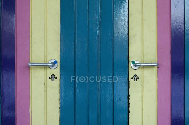 Plan plein cadre de portes peintes colorées — Photo de stock