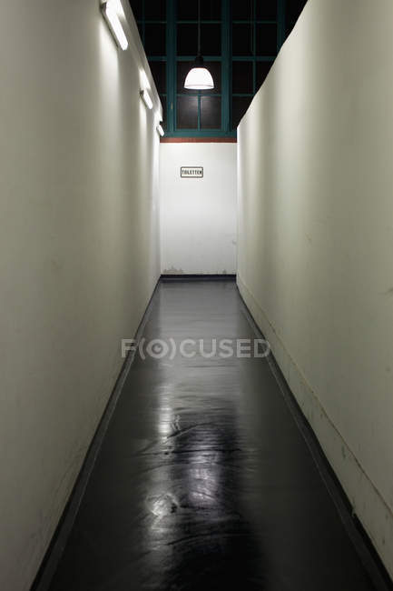Внутрішній вигляд розріджені коридору з туалетом знака пластина — стокове фото