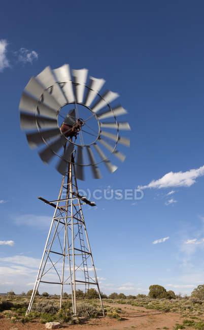 Ветряная мельница на идиллическом небо в пустыне — стоковое фото