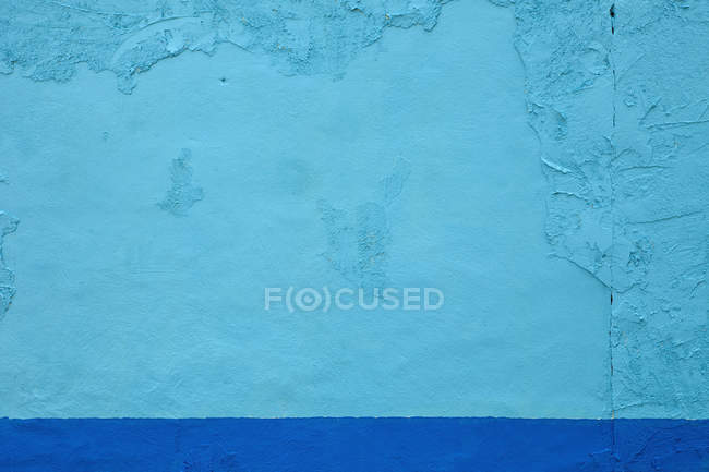 Ярко окрашенная голубая стена — стоковое фото