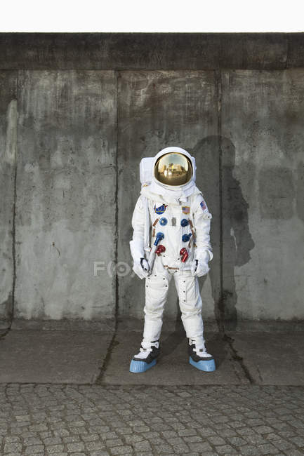 Astronaut standing on sidewalk in city — Stock Photo