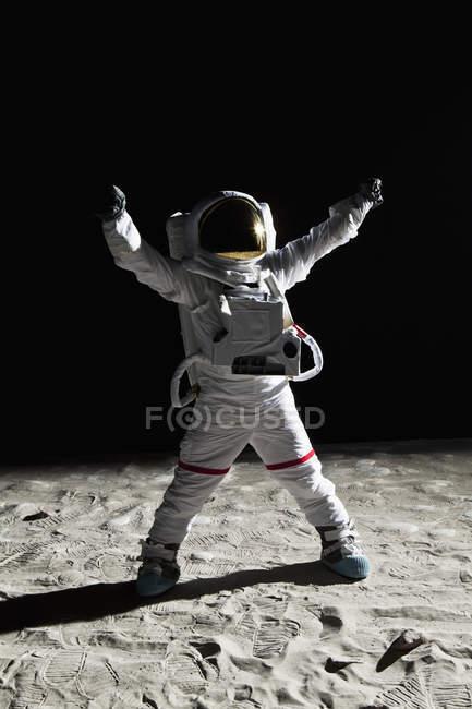 Астронавт на місяць з руки підняла перемоги жест — стокове фото