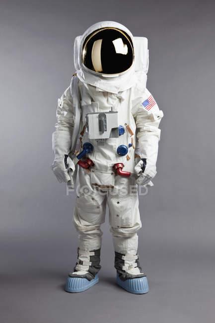 Портрет астронавт над сірий — стокове фото