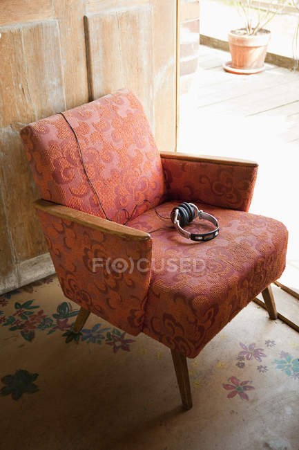 Наушники на потрепанный винтажные кресла — стоковое фото