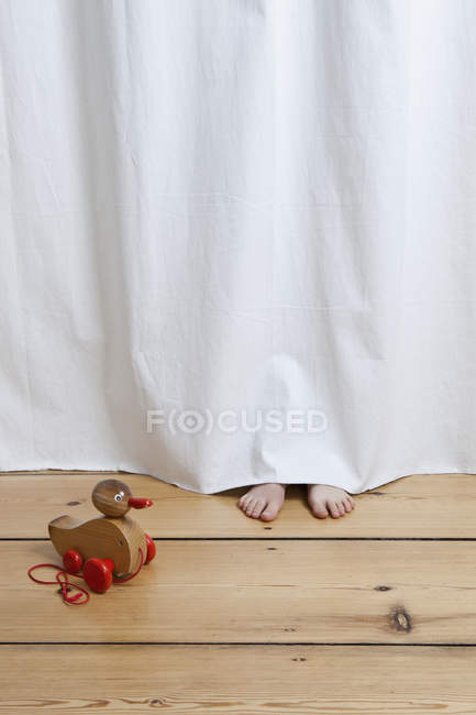 Piedi che attaccano da sotto di appendere il foglio — Foto stock