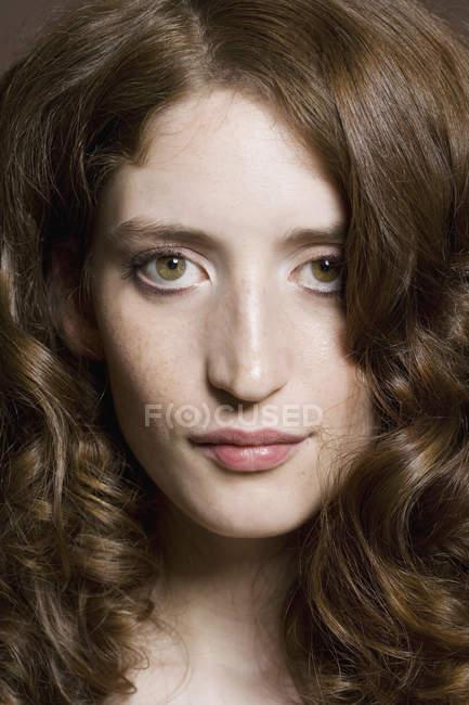 Портрет молодой женщины с вьющимися волосами — стоковое фото