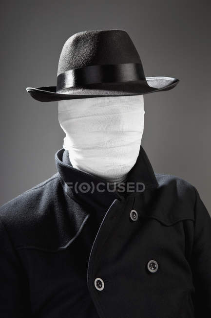 Portrait of man in hat with face wrapped in bandage — Stock Photo