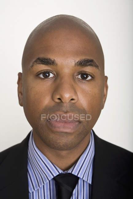 Retrato de un hombre contra fondo blanco - foto de stock