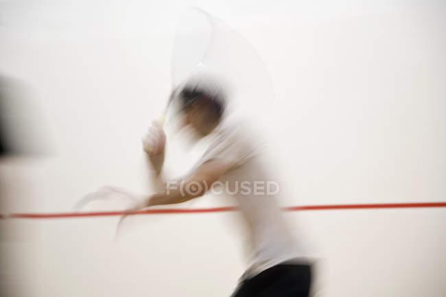Tiro de movimento borrado de pessoa jogar squash — Fotografia de Stock