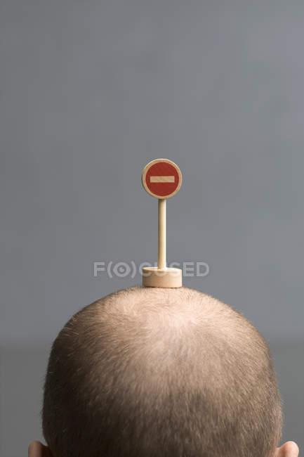 Glatze Männerkopf mit Miniatur keine Einfahrt Verkehrsschild — Stockfoto