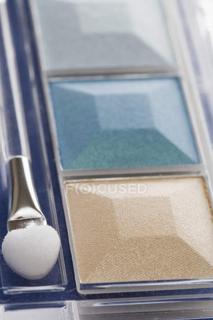 Eye shadow compact with make-up brush — Stock Photo
