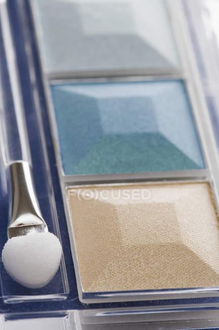 Ombre à paupières compacte avec pinceau de maquillage — Photo de stock