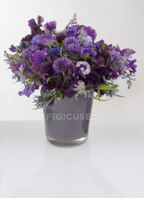 Bouquet of purple flowers in vase — Stock Photo