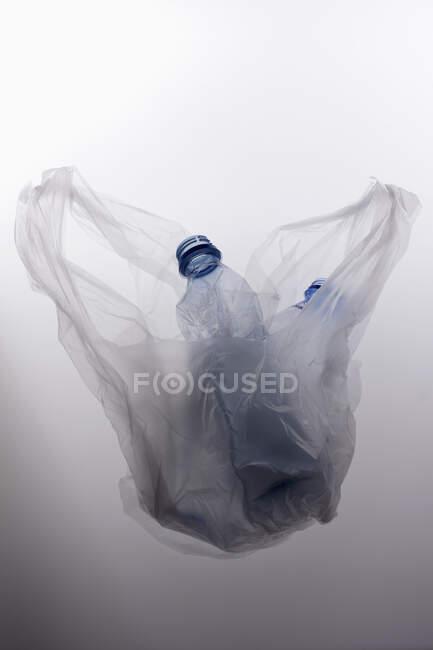 Bouteilles de plastique sur fond lumineux — Photo de stock