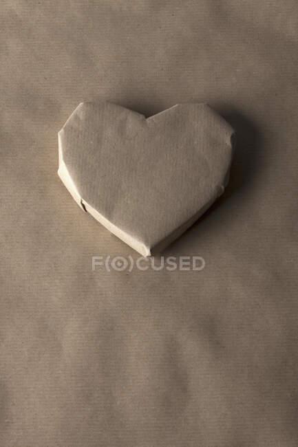 Папір у формі серця на пошматованому листі. — стокове фото