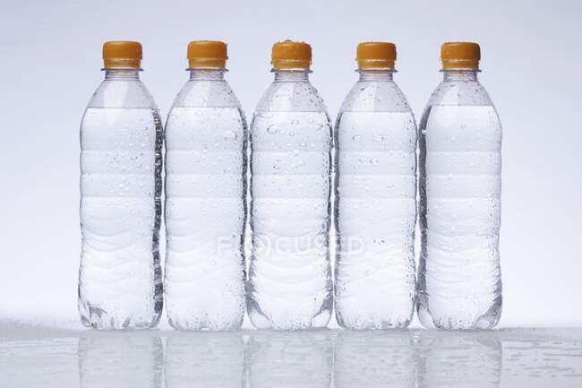 Botellas de plástico de fondo claro - foto de stock