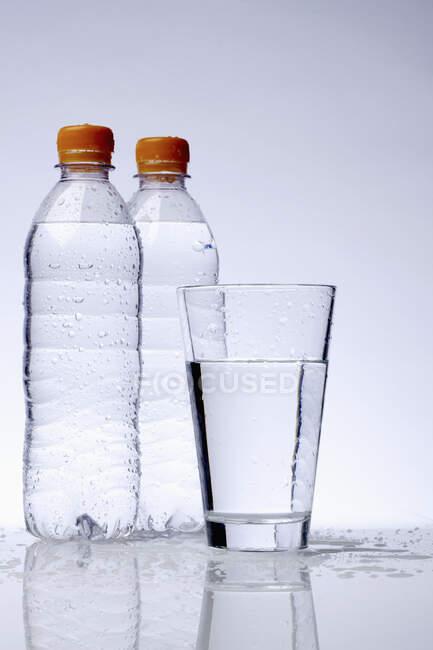 Garrafas de plástico em fundo claro — Fotografia de Stock