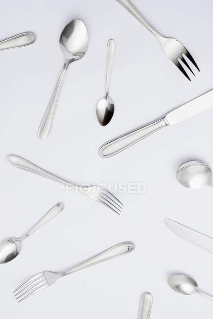 Diferentes talheres e utensílios de cozinha na superfície cinza — Fotografia de Stock