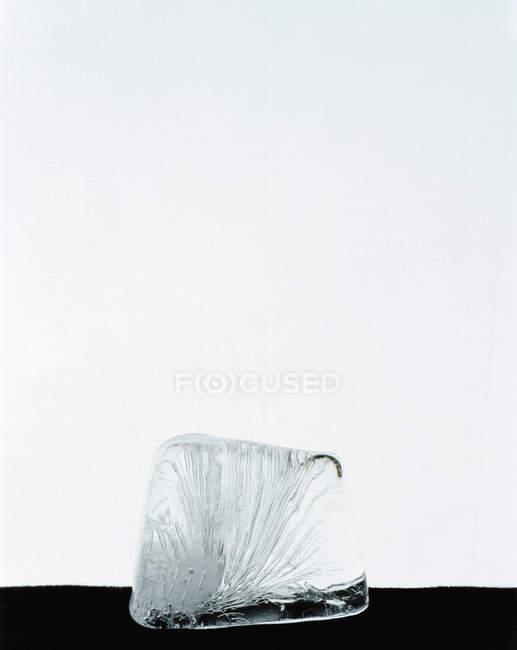 Nahaufnahme der Eiswürfel über weiß — Stockfoto