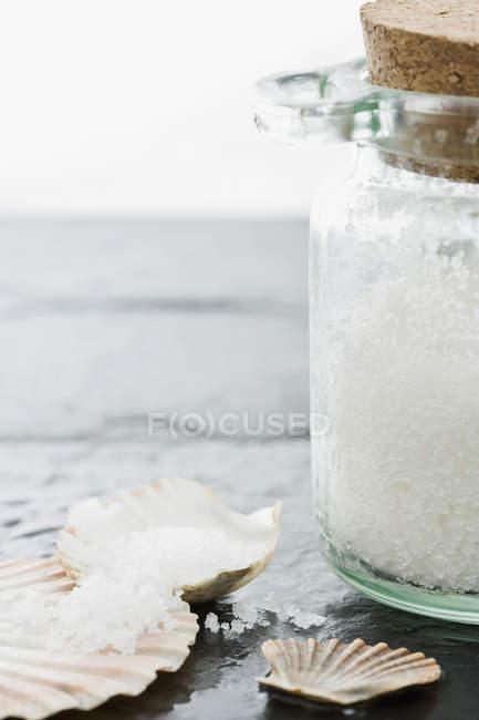 Pot de sels de bain et coquillages — Photo de stock