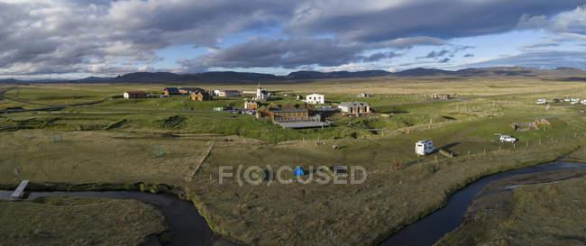 Vista panorámica del pueblo idílico prado verde - foto de stock