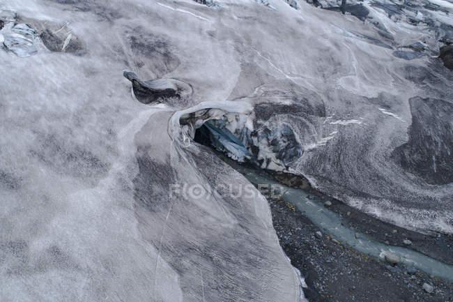 Поток здоровенный воды, протекающей через ледник — стоковое фото
