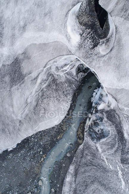 Дрон вид потока воды, протекающей через ледник — стоковое фото
