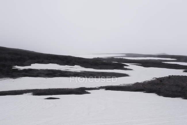 Спокойный зимний пейзаж против туманное небо — стоковое фото