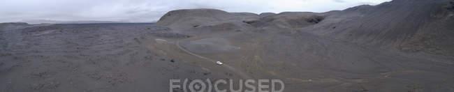 Панорамним видом на полонину з автомобілем під час руху на дорозі — стокове фото