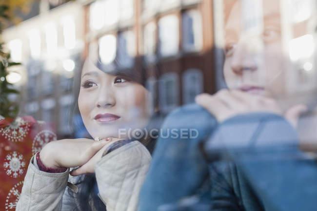Nachdenklich junges paar sitzt mit Kopf auf die Hände und Blick durch Fenster — Stockfoto