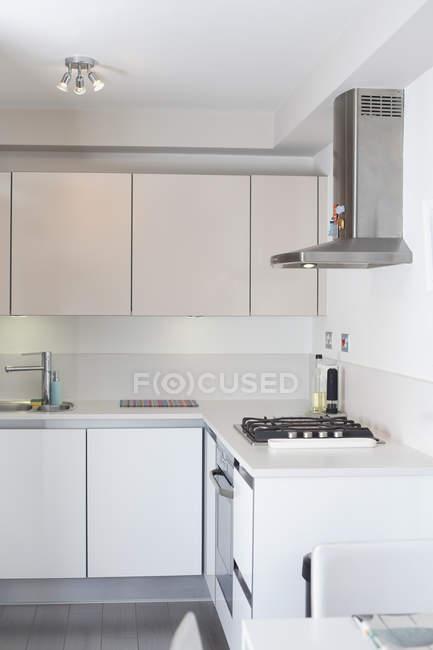 Interior da cozinha moderna em casa — Fotografia de Stock