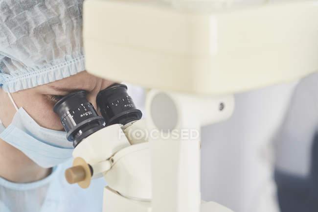 Chirurgien à l'aide de matériel médical au cours de la chirurgie oculaire — Photo de stock