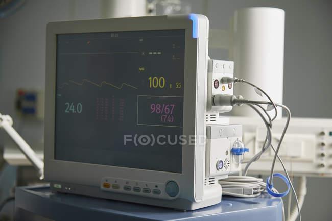Крупным планом мониторинга оборудования с dieagram сердца в больничной палате — стоковое фото