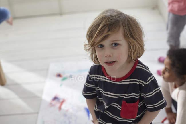 Retrato do close-up de menino de pé na pré-escola — Fotografia de Stock