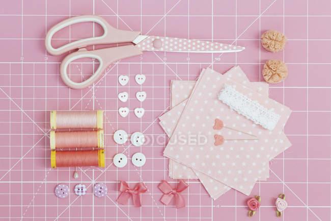 Direttamente sopra colpo di varie attrezzature di rottamazione su stuoia di taglio rosa — Foto stock