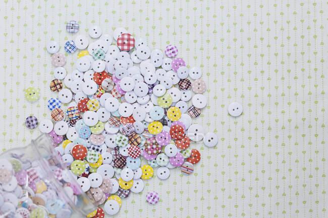 Непосредственно над выстрел multi цветные различные кнопки на ткани — стоковое фото