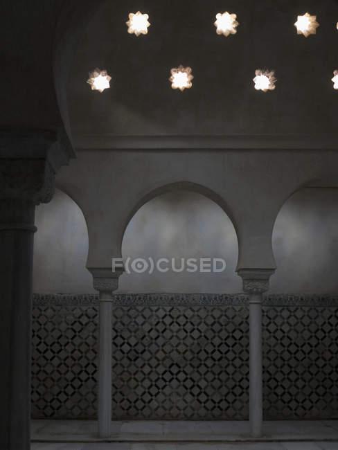 Columnas arqueadas en fachada de mezquita ornamentada - foto de stock