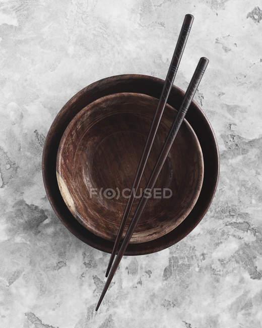 Непосредственно над выстрел палочками на пустой чаши — стоковое фото