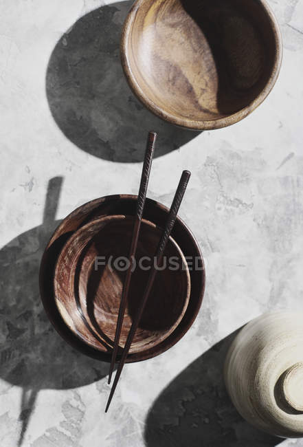 Directly above shot of chopsticks on empty bowls — Stock Photo