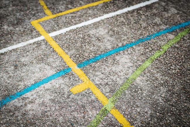 Colpo di telaio completo della strada con linee dipinte — Foto stock
