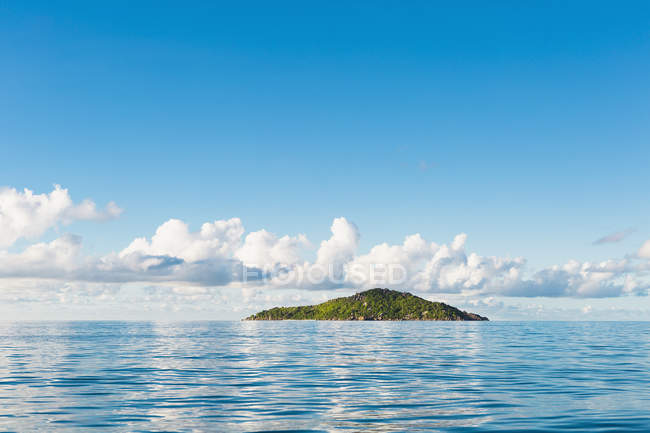 Distant view of idyllic island amid of seascape — Stock Photo
