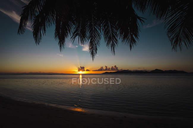 Vue panoramique sur la mer dans le ciel au coucher du soleil, — Photo de stock