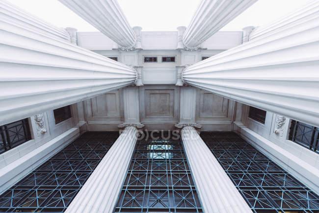 Vista inferior de la fachada con columnas - foto de stock