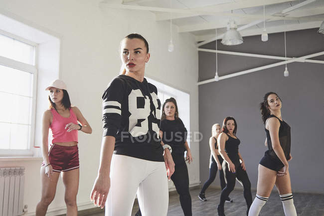 Confident female friends dancing while practicing in dance studio — Foto stock