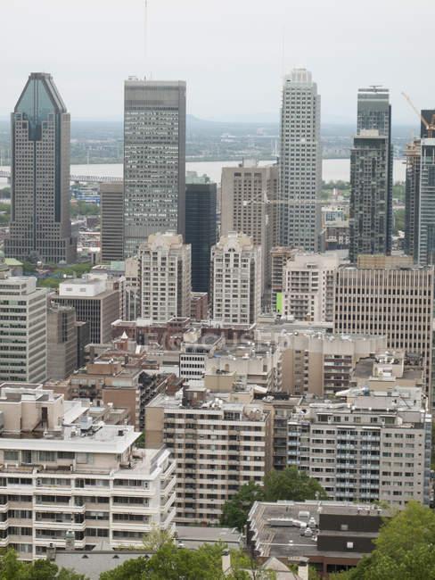 Vista aérea a céntricos rascacielos en medio de paisaje urbano - foto de stock