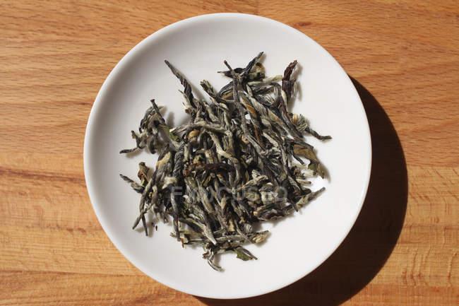 Deja ver directamente encima de té fresco en placa - foto de stock