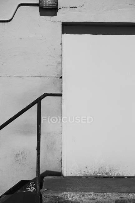 Рельеф против закрытой двери здания — стоковое фото
