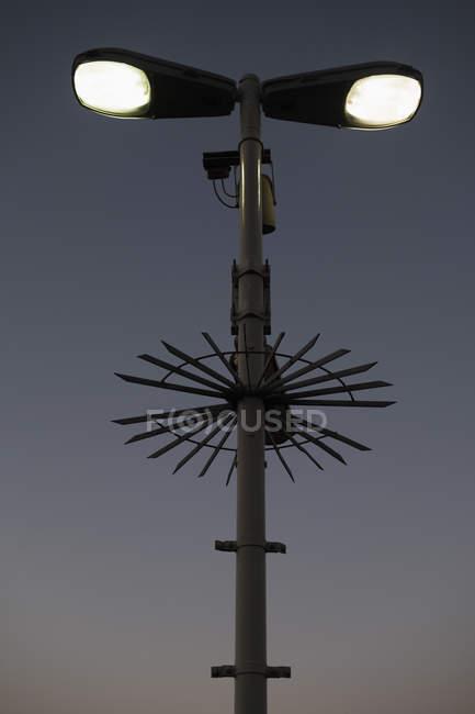 Низький кут зору освітленій вуличного освітлення та спостереження камери проти неба — стокове фото