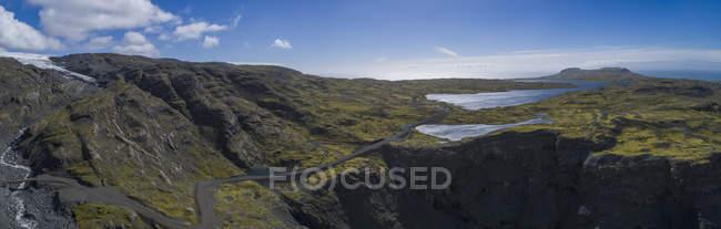 Vista panoramica delle montagne rocciose nell'ambito di cloudscape scenico — Foto stock