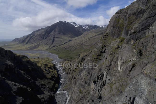 Tiro idílico de montañas rocosas contra skyscape - foto de stock